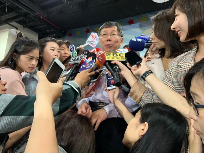 國民黨台南市黨部主委謝龍介稱蔡柯配不是不可能,柯文哲受訪強硬時回應,他先在仍是台北市長。 (圖/記者吳承翰攝)