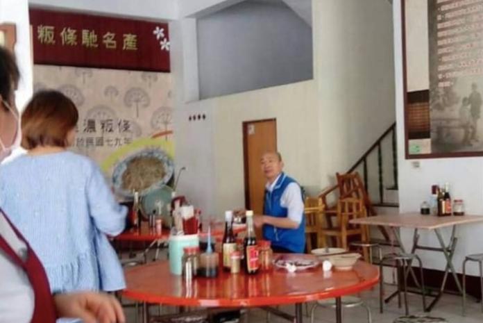 ▲網友翻出舊照,只見韓國瑜孤單吃飯的身影,和現在人氣高漲的情況大不相同。(圖/翻攝自臉書)
