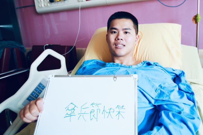 ▲航特部秦良丰下士8日特別於復健療程後,於白板上手寫「傘兵節快樂」,充分展現出他堅強意志的復健成果。(圖/軍聞社提供,