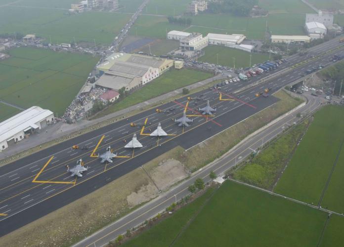▲今年國軍漢光35號演習,確定將於5月28日在國道1號花壇戰備道展開戰機起降演練。(資料照/軍方提供)