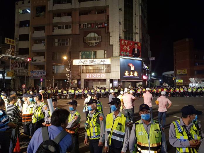 <br> ▲警方以300多名警力在兩側築起人牆。(圖/記者陳雅芳翻攝,2019.04.09)