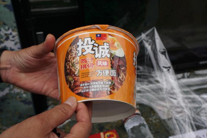 ▲心戰大隊的「投誠食品」,內容物與市售泡麵一樣,外包裝印上簡體字投降步驟。(圖/記者呂烱昌攝)