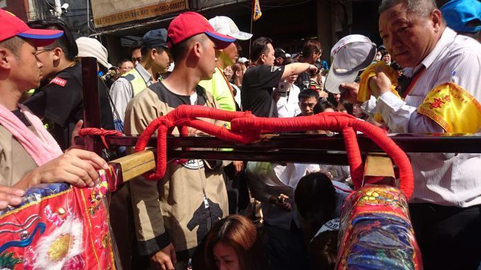 大甲瀾宮媽祖遶境回鑾 信眾跪在道路等躦轎底