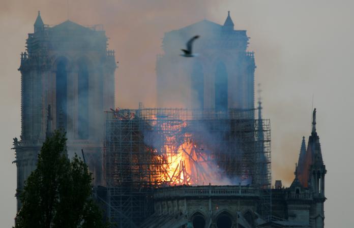 <br> ▲法國巴黎聖母院遭大火肆虐,整座教堂幾乎付之一炬。(圖/翻攝自路透社)