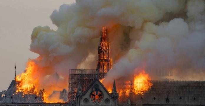 <br> ▲法國巴黎聖母院遭大火肆虐,整座教堂幾乎付之一炬。(圖/翻攝自法新社)