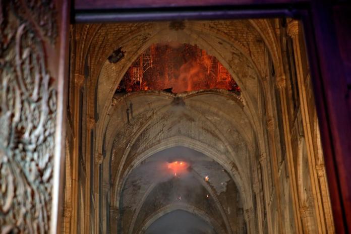 <br> ▲法國巴黎聖母院遭大火肆虐,整座教堂幾乎付之一炬,內部宛如廢墟。(圖/翻攝自路透社)