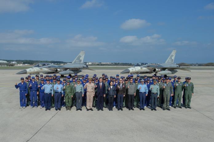 共軍不斷擾台,總統蔡英文17日視察空軍最前線天駒部隊,感謝他們這段期間的辛勞。(圖/總統府提供,2019,04,17)