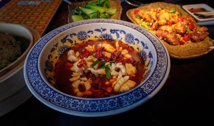 成都是有名的美食天堂,包括水煮肉片、酸菜魚等經典川菜菜色,絕對能讓嗜辣如命的旅客垂涎三尺。(圖片來源:alh1-2017 from flickr)