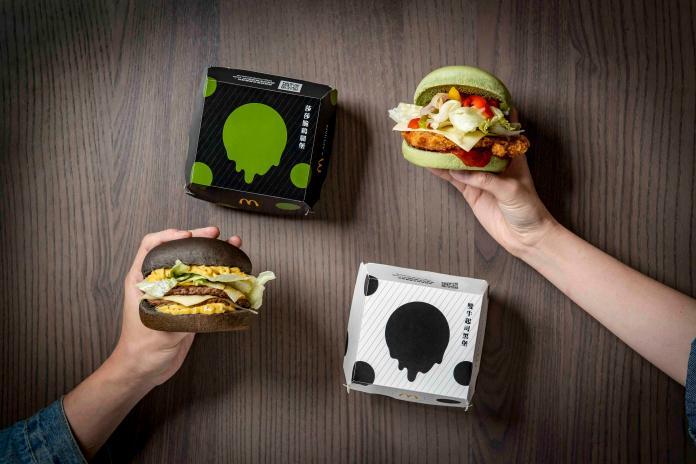 ▲麥當勞緊抓趨勢,推出一黑一綠堡的雙牛起司黑堡與莎莎脆鷄腿堡亮相,同時也跟旅英台灣設計師品牌合作,讓包裝更時尚。(圖/麥當勞提供)