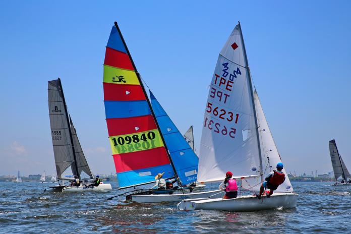 ▲風帆橫渡小琉球全國錦標賽已邁入第14年,大鵬灣帆船賽事參與人數逐年遞增,至今儼然成為帆船界一年一度的重要賽事。(圖/鵬管處提供)