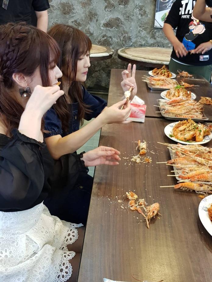 <br> ▲2人開心吃蝦。(圖/東櫻行銷提供)