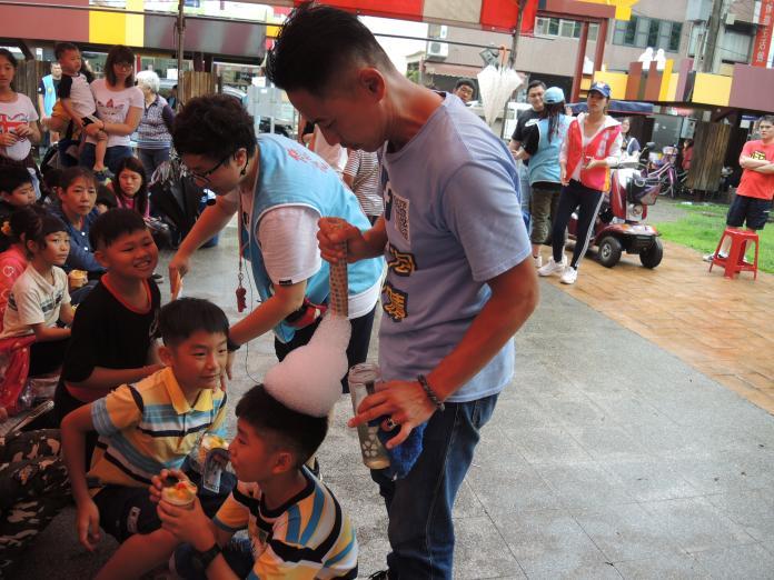 <br> ▲來自台南奇蹟泡泡的許日榮老師也是義務協助活動的舉辦。(圖/記者陳雅芳攝,2019.04.21)