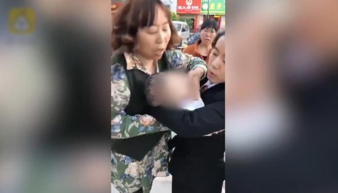 女嬰被擊中