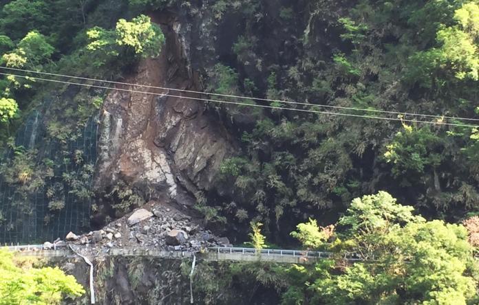 <br> ▲從遠處眺望坍方處,整個山壁的大石落下將道路整個阻斷。(圖/大溪分局提供, 2019.04.22)