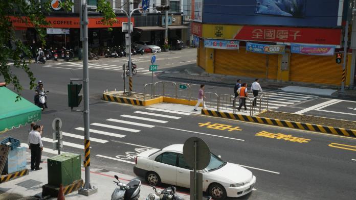 <br> ▲彰化工務段在中部地區首度打造Z字型行人兩段式穿越道,是國內首見行人動線指標。(圖/記者陳雅芳攝,2019.04.22)