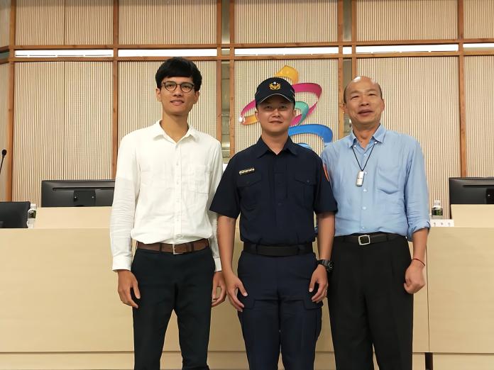 榮耀歸守護高雄的你們! 韓國瑜親自授階2警員破格陞職