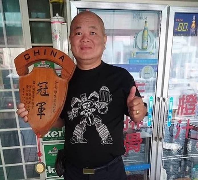 <br> ▲老闆陳華榮曾經榮獲喝啤酒比賽冠軍。(圖/六街快炒提供)