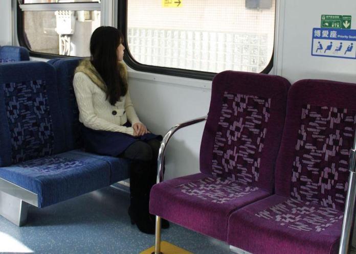 ▲捷運或公車上的「博愛座」究竟誰才有資格坐?許多人都有不同看法,爭議也始終不斷。圖中人物與新聞無關。(示意圖/中央社資料圖片)