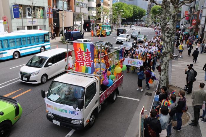4月28、29日為日本一年一度東京同志遊行,台灣今年再度組隊參與,於花車上高掛囍幛,象徵下個月將迎來同性婚姻合法化。(圖/伴侶盟提供)