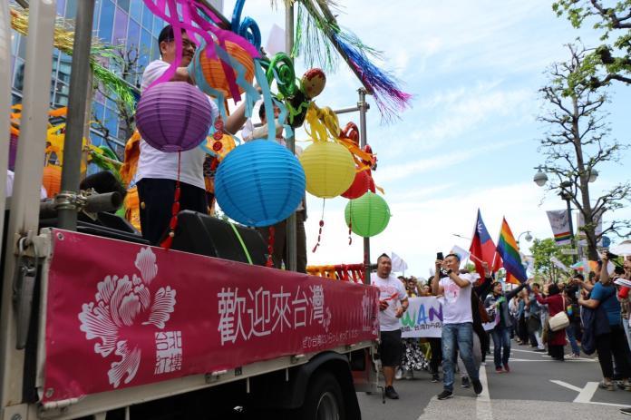台灣隊以彩虹燈籠妝點花車,充滿台式喜氣。(圖/伴侶盟提供)