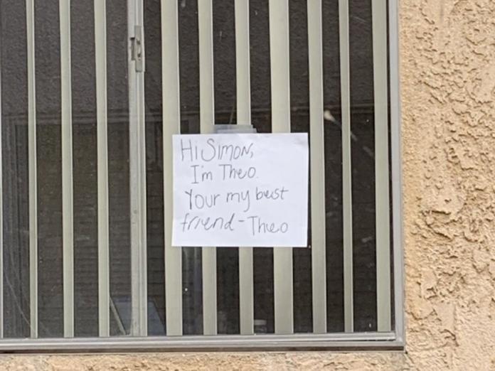想不到不久之後,鄰居居然掛起了自己的牌子回應:Simon你好,我是你最好的朋友Theo。 (圖/twitter@kenziecoffman)