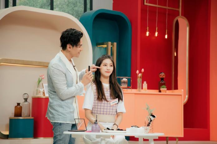 ▲Kevin老師在韓國美妝節目《Get it Beauty》示範無限大腮紅修容法。(圖/BeautyMaker)