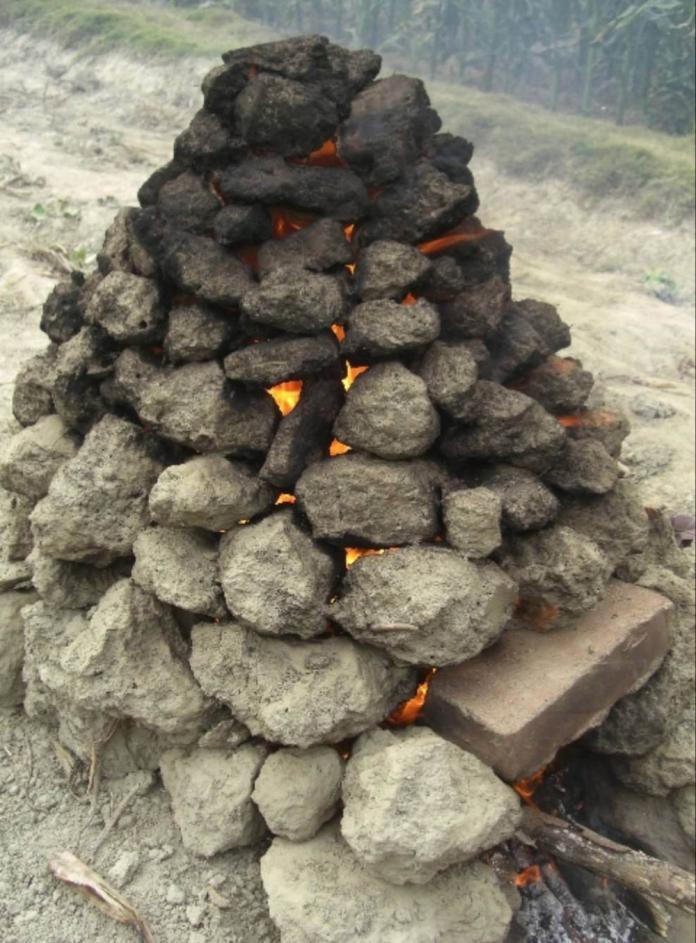 以往農業社會,稻子收成之後,大人、小孩總會在田裡堆土窯、燒柴火烤番薯