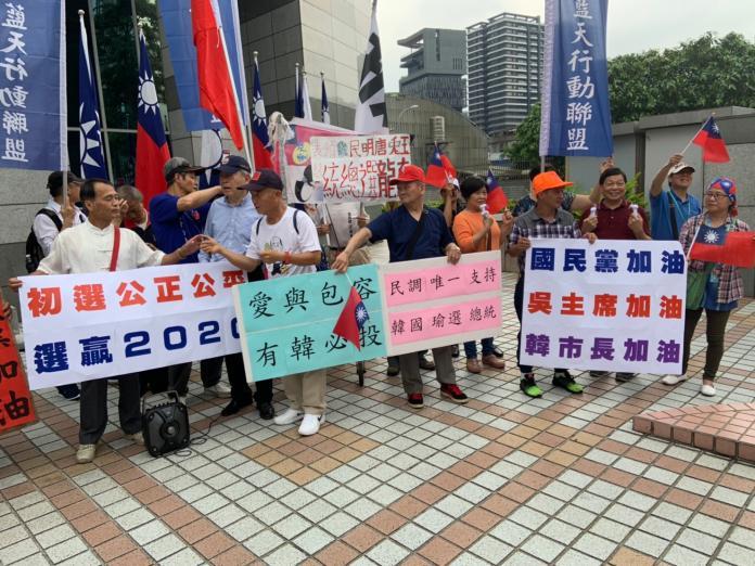 在吳韓會開始前,韓國瑜的支持者早一步到黨中央列隊迎接韓國瑜。 (圖/記者吳承翰攝)