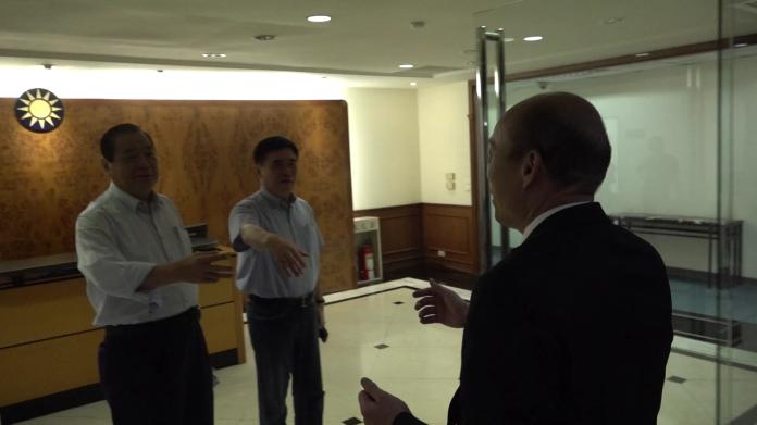 <br> 韓國瑜踏入國民黨中央,先和郝龍斌、曾永權,兩位副主席致意。(圖/國民黨文傳會提供)