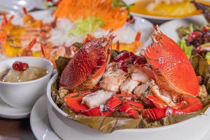 圖6.凱達家宴母親節10人桌宴,「旭蟹荷香抱珍珠」鮮美遠洋旭蟹,配上充滿荷葉香氣的糯米飯,澎湃美味。