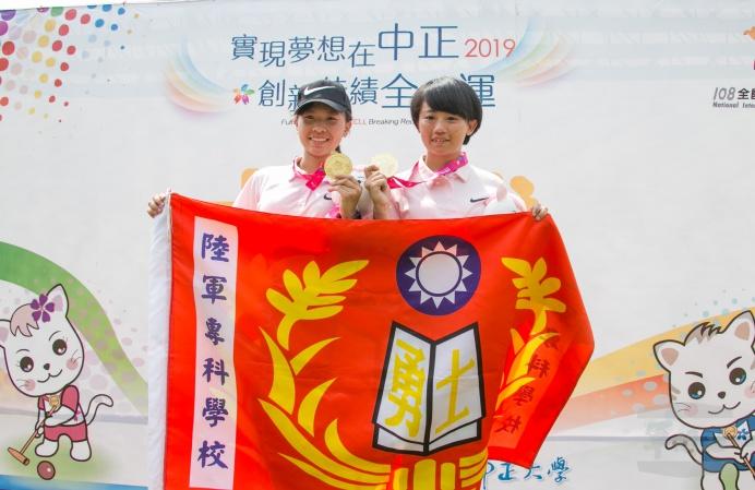 ▲ 陸軍專科學校王佳琪、陳怡伶在一般女子組木球雙人桿數賽奪金。(軍聞社記者卓以立攝)