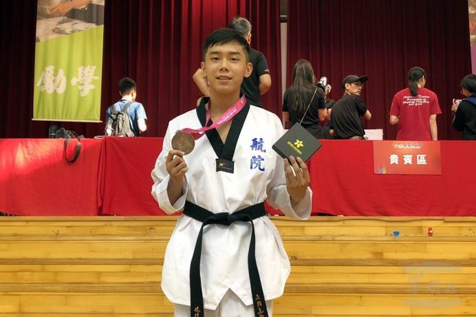 ▲ 空軍航空技術學院二專109年班林佳宏在一般男子組跆拳道第三量級奪得銅牌。(空軍航空技術學院提供)