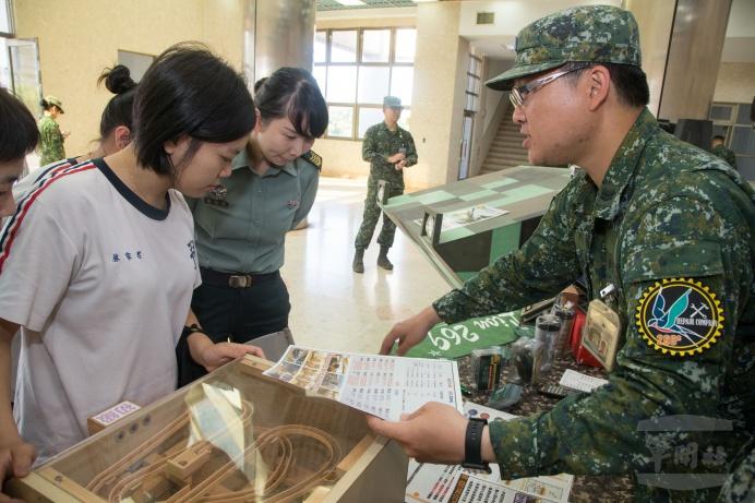 ▲ 陸軍機步二六九旅官兵向參與學生說明招募班隊特色。(軍聞社記者莊家宏攝)
