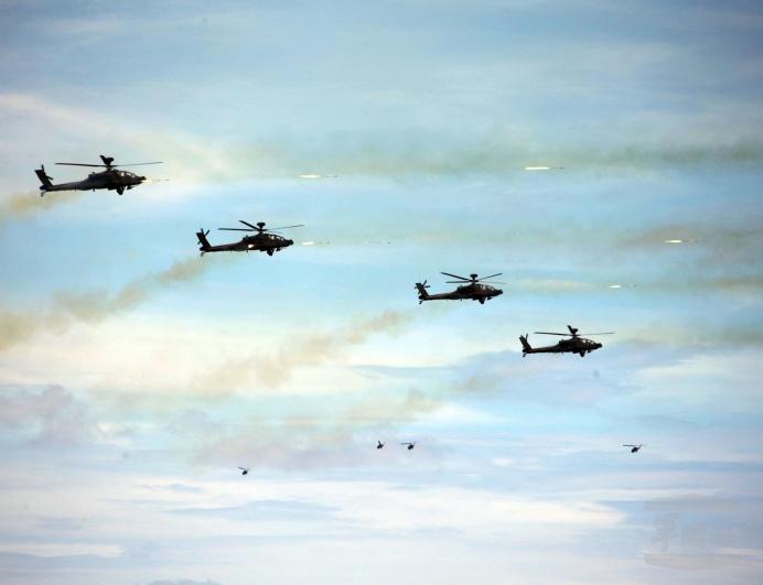 ▲ 第四作戰區在滿豐訓場實施「漢光35號演習」聯合灘岸殲敵作戰實彈射擊;圖為陸航AH-1W直升機發射地獄火飛彈。(軍聞社記者周昇煒攝)