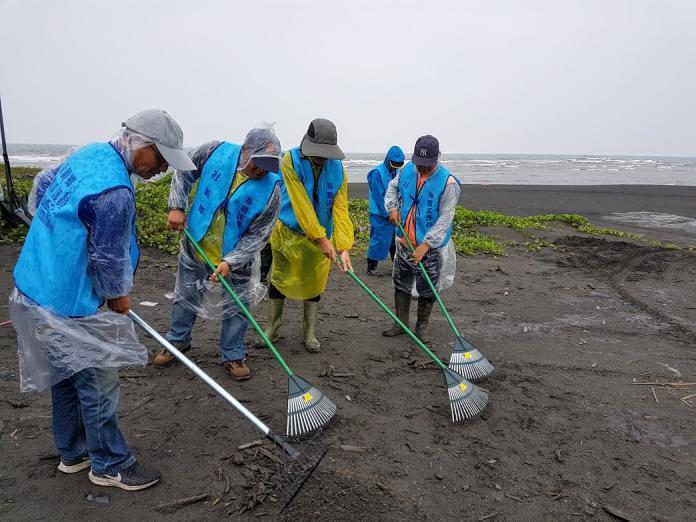 常態淨灘 宜蘭第一支海灘清潔隊壯圍巡護隊成軍