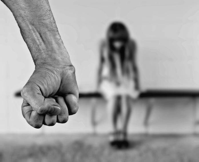 ▲不顧哭喊抵抗「5年性侵女兒315次」 獸父辯:和她像情侶。(示意圖/pixabay)