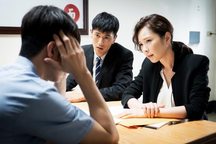 <br> ▲天心飾演資深律師,在《最佳利益》冷血無情,讓菜鳥律師嚇傻。(圖/華視提供)