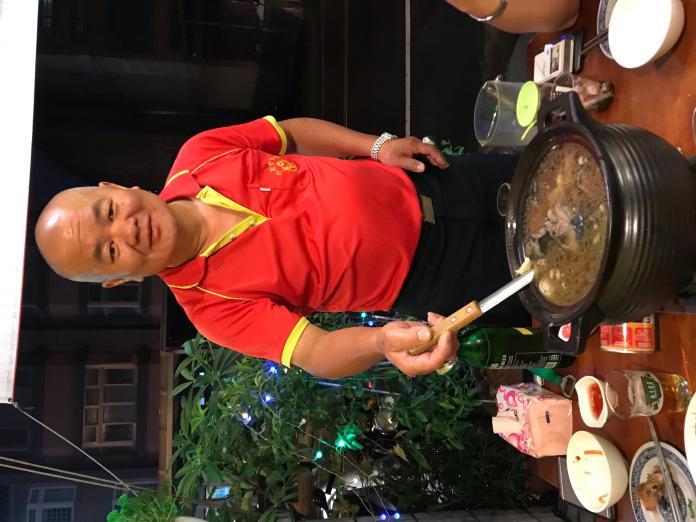 <br> ▲業者陳華榮表示,只要鱉(甲魚)和烏骨雞,再加上中藥材、米酒,就可以簡單料理雞鱉鍋;不過,他對自己的獨家秘製藥材深具信心。(圖/記者常似虎攝)