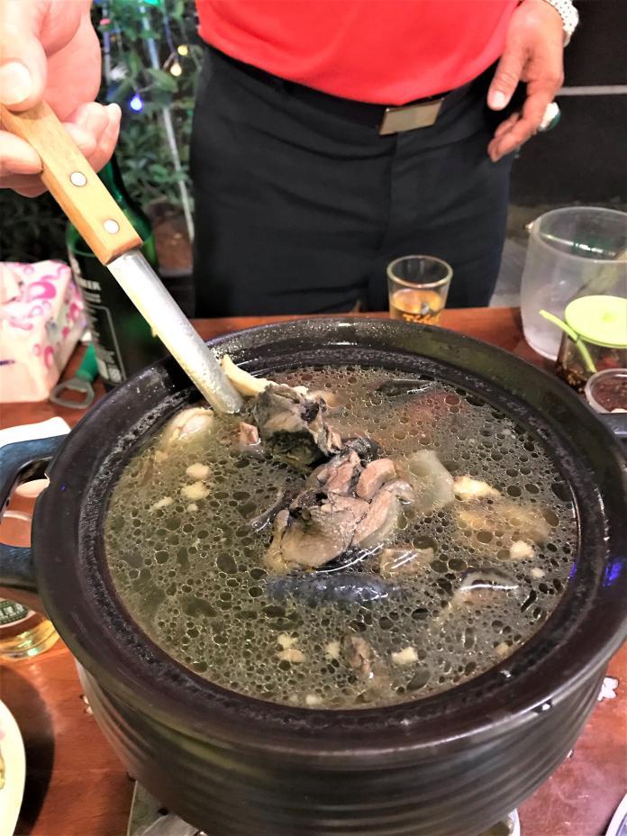 <br> ▲有些饕客對雞鱉鍋別有講究,要求用公鱉跟母雞下去料理,才算是實至名歸。(圖/記者常似虎攝)