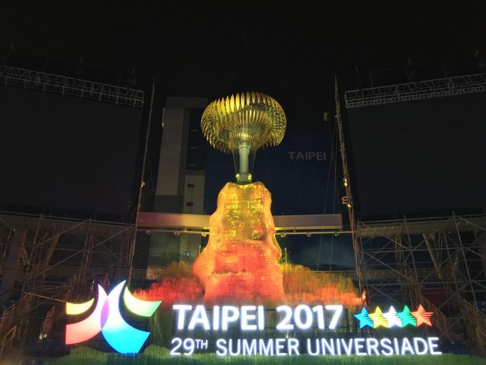 2017 世大運開幕式,由陳金鋒大棒一揮點燃聖火,豪華朗機工設計的聖火台也瞬間成為眾人目光焦點。(圖/豪華朗機工)