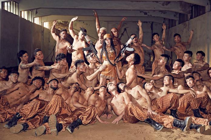 ▲蔡依林及猛男舞者們皆身著 MCM 訂製套裝。(圖/MCM提供)