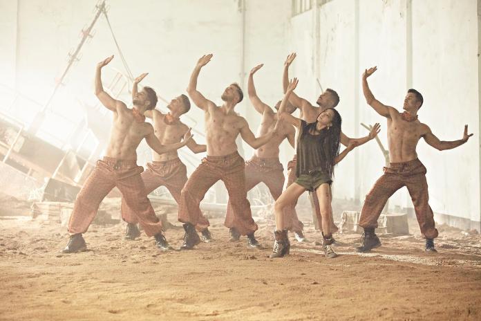 ▲赤裸上身的猛男們與 Jolin 性感熱舞。(圖/MCM提供)