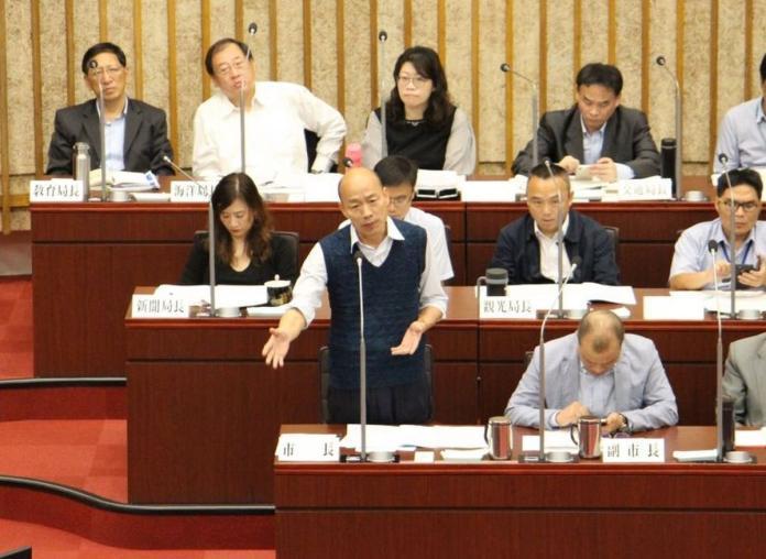 ▲高雄市長韓國瑜,對於前幾天綠營議員連番猛攻,韓國瑜笑著回應說,反正民進黨對韓國瑜沒一句好話,他已經習慣了,因為他已經被黑了兩年半了。(圖/高市議會提供)