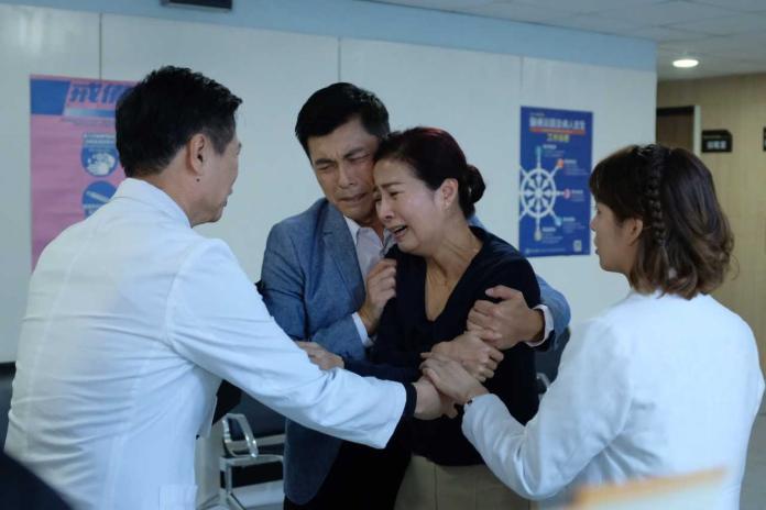 ▲方文琳演出《生死接線員》,演出身為父母親,捨不得兒子器捐的心情。(圖/公視提供)