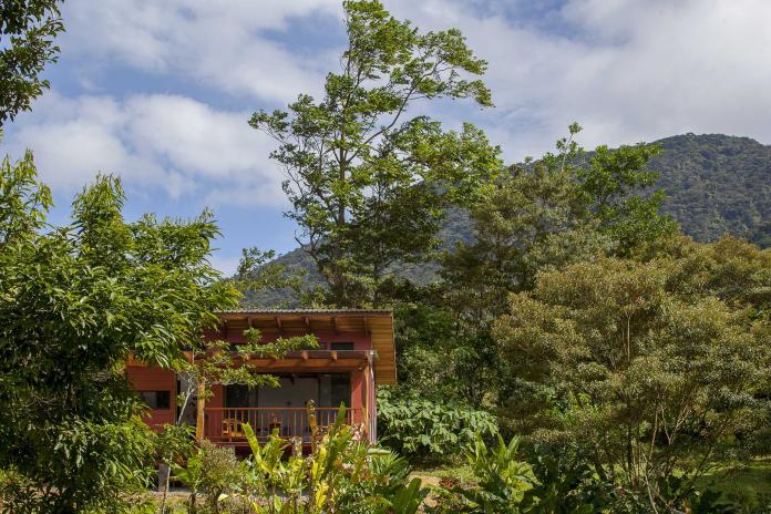 造訪地球另一端的「哥斯大黎加阿拉胡埃拉」,旅客可以到森林溫泉泡湯欣賞瑟雷斯特河的美景,或是爬上活火山波阿斯火山口,感受大自然的震撼。(圖片由Booking.com提供)