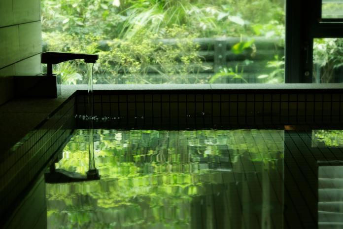 海岸城市「日本神奈川縣」散發著慢活平靜的氛圍,Booking.com推薦造訪庭園名勝三溪園、長谷寺和高德院等景點,旅客能在林園之間,藉由漫步沉澱心靈、釋放壓力。(圖片由Booking.com提供)