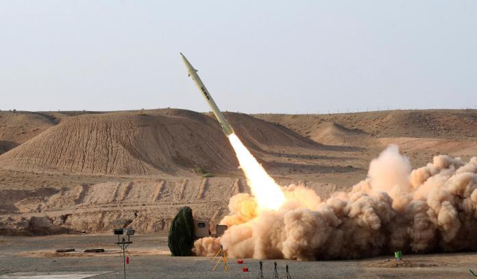 ▲國際原子能總署(IAEA)今天表示,伊朗已經告知國際原子能總署,打算在隱藏深山中的福爾多核子設施,將提煉的濃縮鈾純度提升到20%,達到2015年核子協議前的水準。圖為伊朗「征服者」(Fateh)地對地飛彈試射。(圖/達志影像/美聯社)