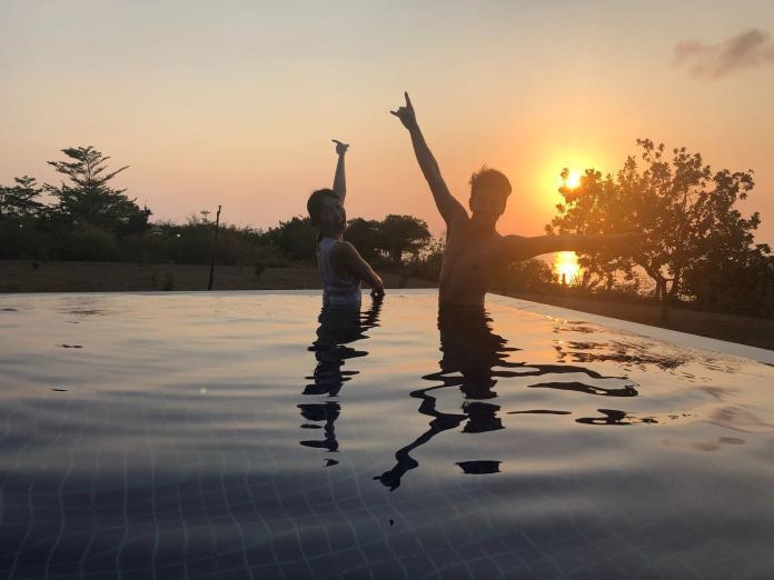 <br> ▲2人在夕陽下拍照。(圖/中天提供)