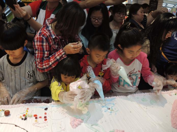 <br> ▲大家在優美的母愛旋律曲目中進行彩繪超大母親節蛋糕。(圖/記者陳雅芳攝,2019.05.11)