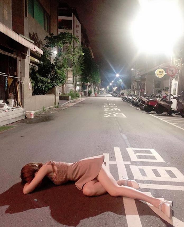 <br> ▲辣模辛尤里在 IG 貼出「撿屍照」,令許多粉絲看了表示:「好想把妳撿回家!」(圖/翻攝自辛尤里 IG)